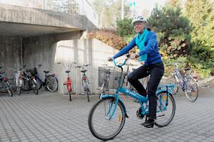 Eeva pyöräilee